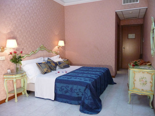 Hotel romulus hotel rome italie prix r servation for Prix hotel moins cher